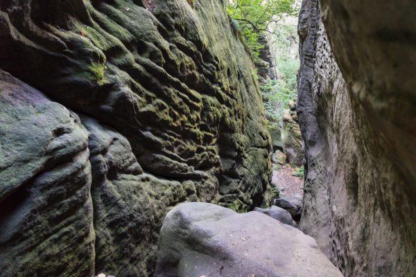 steile und mit Moos benetzte Felswände in der Riegelhofstiege