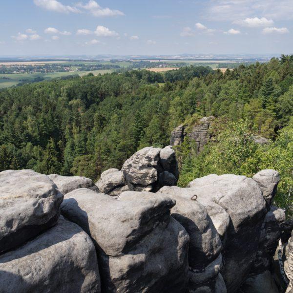 Ausblick vom Gipfel des Thürmsdorfer Stein, Abseilöse auf dem Kletterfels