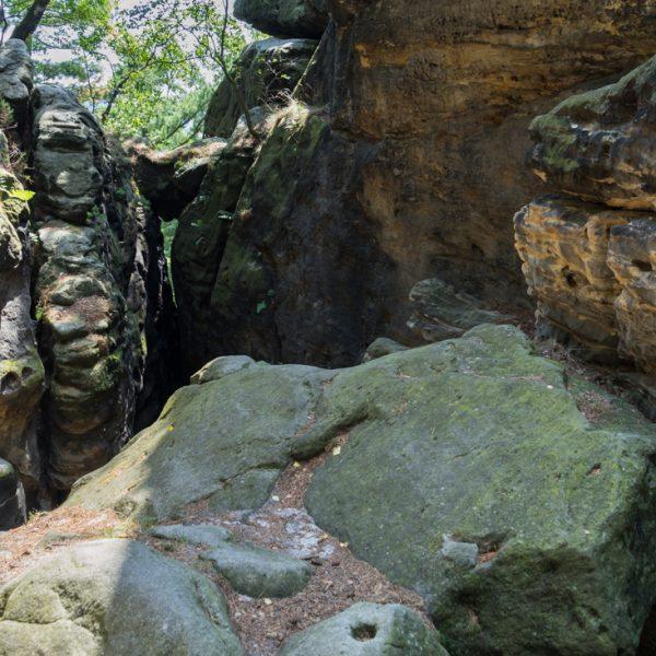 Abstieg vom Kleinen Bärenstein, unterhalb des Felsen (im Vordergrund) geht es durch den Felsspalt