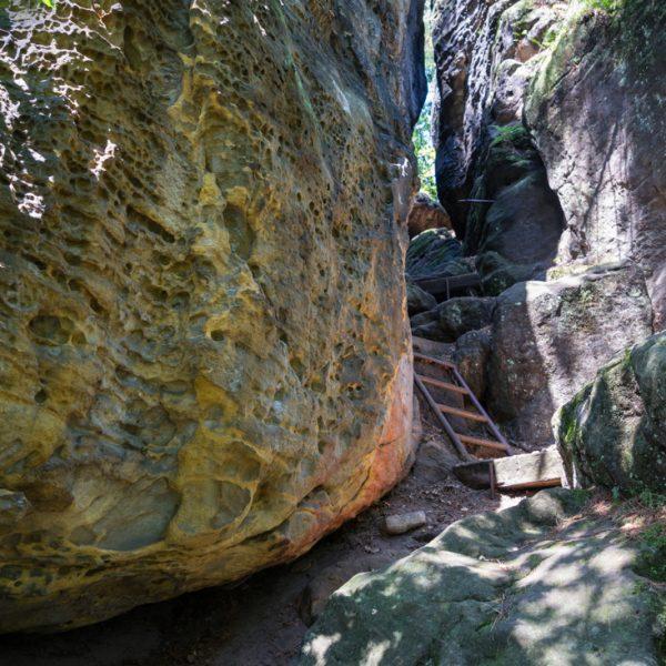 Abstieg vom Kleinen Bärenstein, farbig leuchtende Felsen