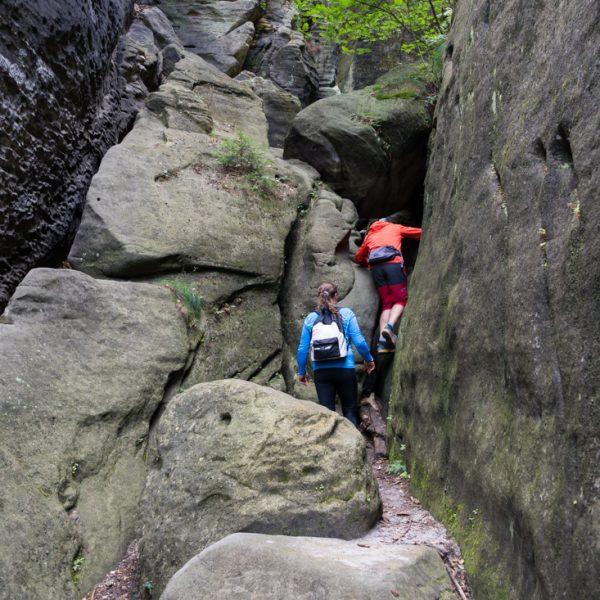Einstieg in die Riegelhofstiege unter einem Felsblock hindurch