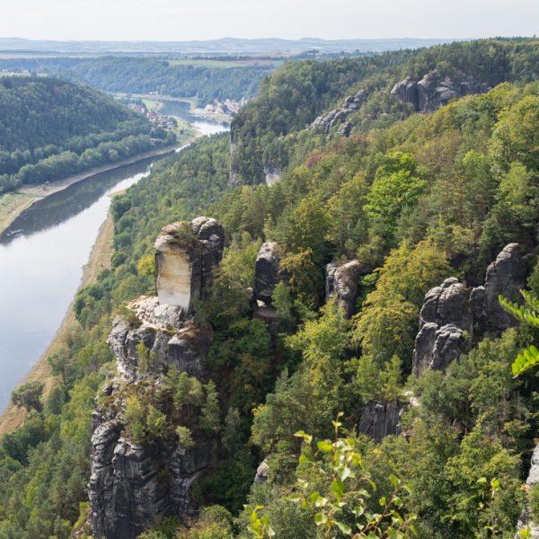 Aussicht von der Bastei in Richtung Wartturm und auf die Elbe
