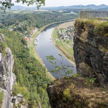 Aussicht von der Bastei auf die Elbe und den Kurort Rathen