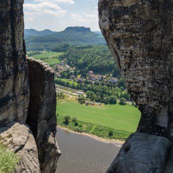 Ausblick von der Basteibrücke ins Elbtal, Blick auf Rathen