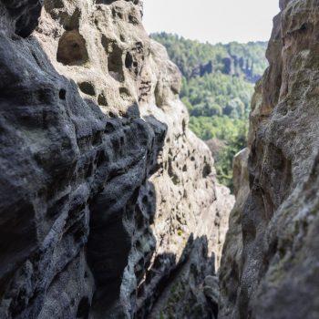 Blick zwischen den Felswänden am Sachsenstein, Bielatal