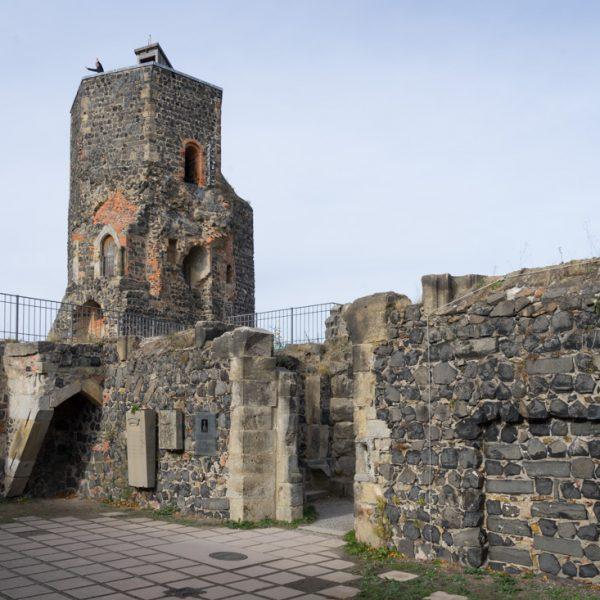 Grabstätte von Gräfin Cosel im Bereich der einstigen Kapelle auf Burg Stolpen und Siebenspitzenturm