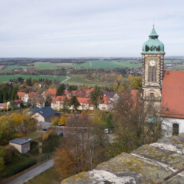 Blick von Burg Stolpen in Richtung Stadtkirche und Karswald