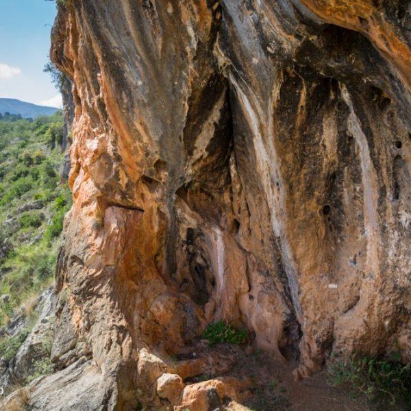 Rote Felsen, Steilwände und Höhlen, Coves Roges in Gata de Gorgos, Spanien