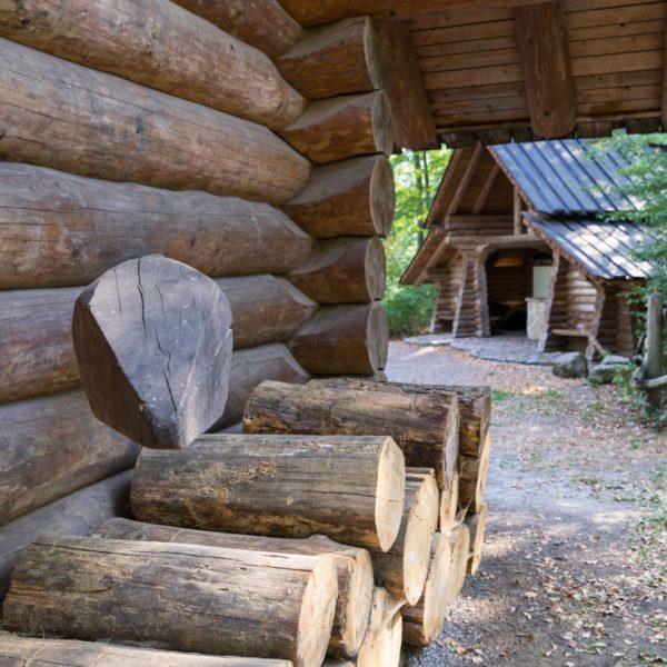Pfeilhaus in der Dresdner Heide, Holzhütten am Waldweg Gabel