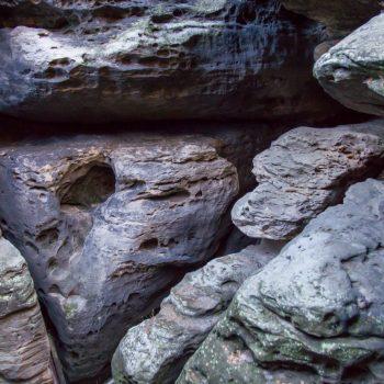 Ostaufstieg auf den Gohrisch. Felsen, die wie ein abstraktes Gemälde aussehen