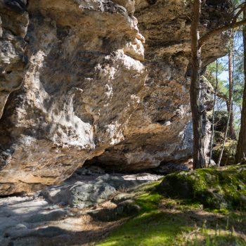 Aufstieg auf den Papststein, kleiner Nebenweg mit Felsüberhang