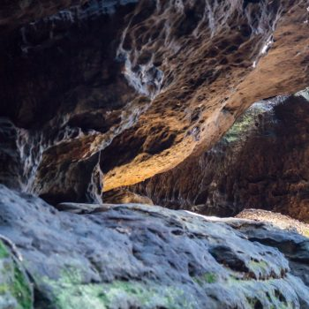 verwitterte Felsen im Sonnenlicht