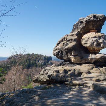 Ausblick vom Papststein auf den Pfaffenstein, verwitterter Sandstein im Vordergrund