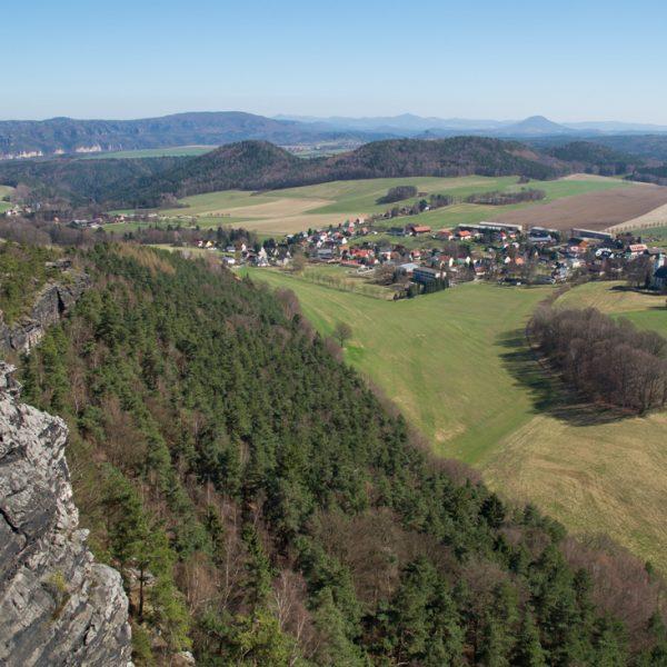 Ausblick vom Papststein auf die Schrammsteine und auf Papstdorf