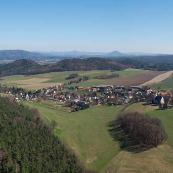 Ausblick in Richtung Kleinhennersdorf und die Schrammsteine