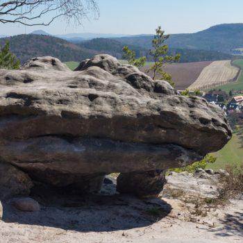 frei stehender Fels auf dem Papststein, Papstdorf im Hintergrund