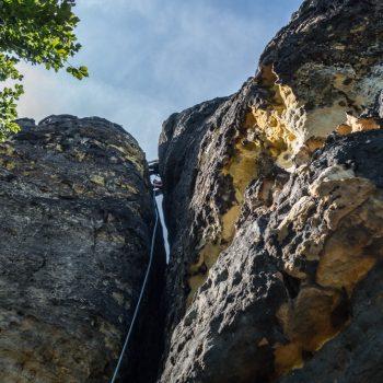 Blick hinauf in den Kamin am Müllerstein, Schrammsteine