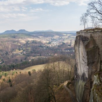 Steilwände der Festung Königstein und Aussicht auf das Gebiet der Steine (Papststein und Gohrisch)
