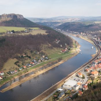 Ausblick von der Festung Königstein auf den Lilienstein, die Elbe und den Ort Königstein