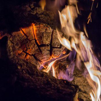 Am Lagerfeuer, Holz und Flammen