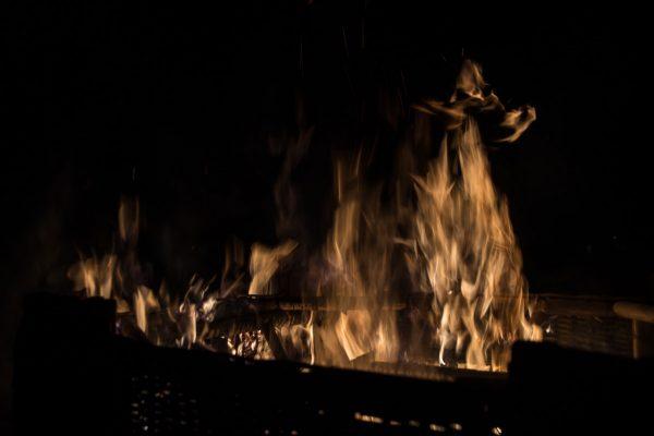 aufsteigende Flammen und Feuerfiguren