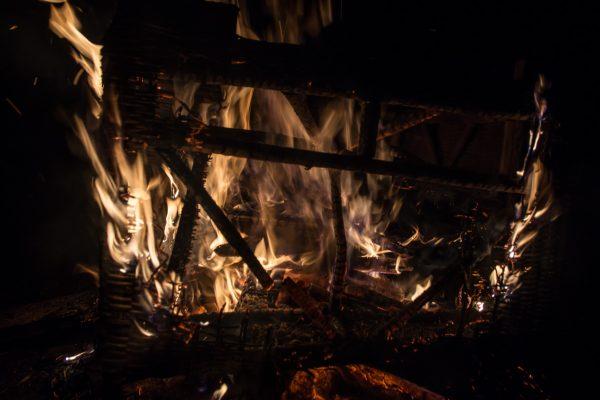 Spiel der Flammen im Dunklen