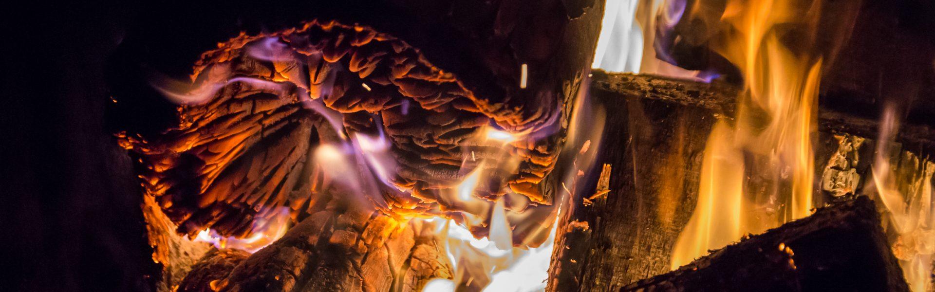 Feuer und Flammen, glühendes Holz