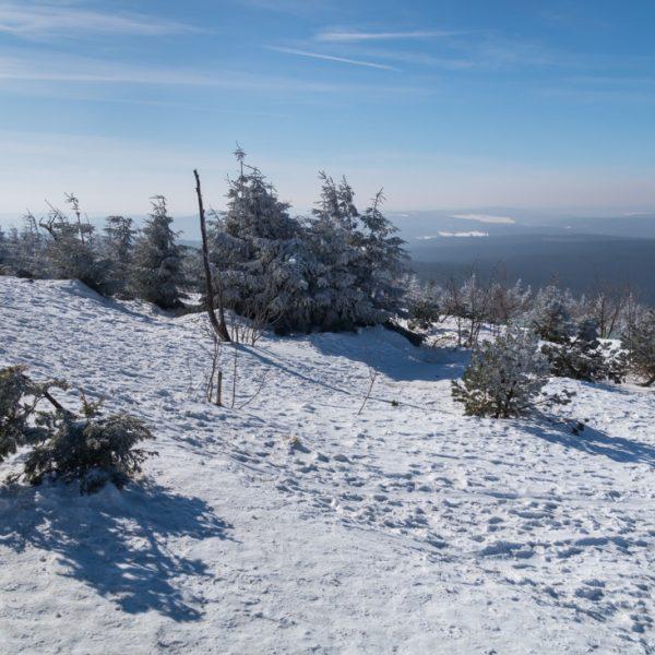 Ausblick vom Fichtelberg in die schneebedeckte Landschaft, Erzgebirge