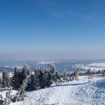 Ausblick vom Fichtelberg auf den Skilift und in die schneebedeckte Landschaft, Erzgebirge
