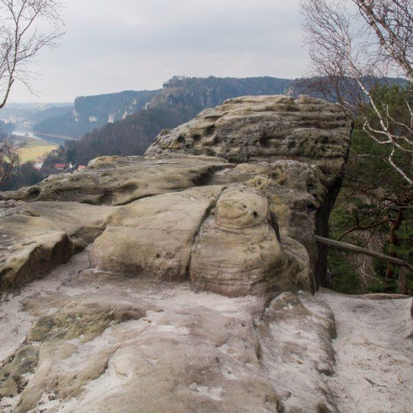 Erodierte Felsen auf dem Gamrig, Blick ins Elbtal