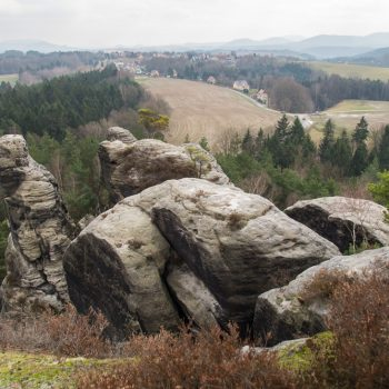 Felsformation auf dem Gamrig, Ausblick auf Waltersdorf