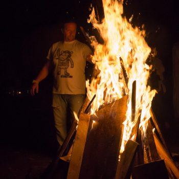 Lagerfeuer auf der Freifläche neben der Jägerbaude