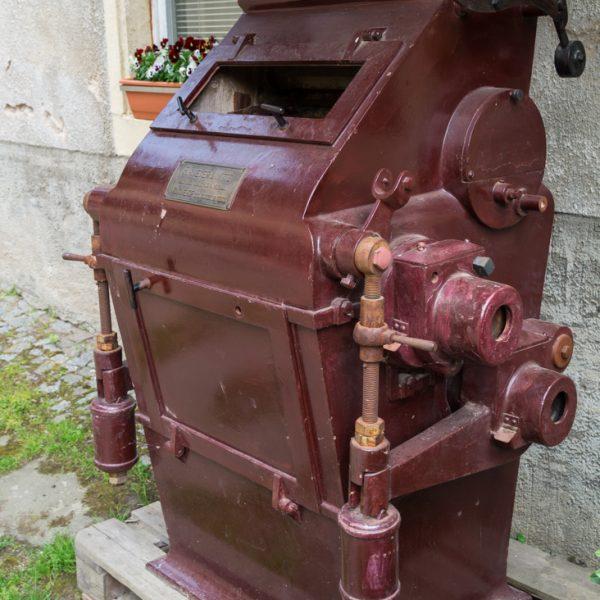 Teil eines historischen Einfach-Walzenstuhls an der Schlossmühle im Hüttertal