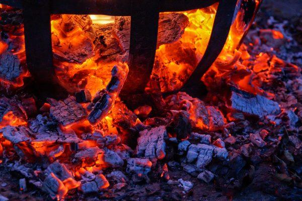 Lagerfeuer im Feuerkorb, glühendes Holz