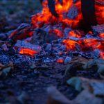 Lagerfeuer, glühende Holzstücke im Feuerkorb