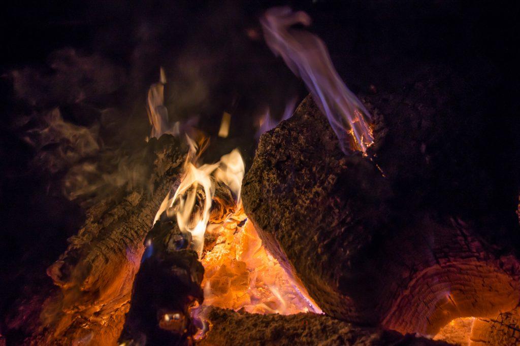 Lagerfeuer, glühendes Holz