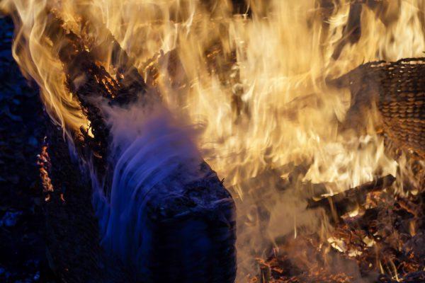 Spiel der Flammen und blauer Rauch