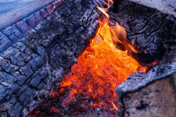 Lagerfeuer, Blick in die Glut