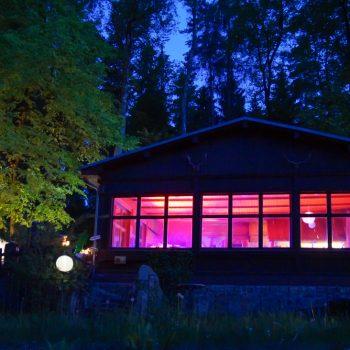 beleuchtete Jägerbaude am Abend, Heidemühle