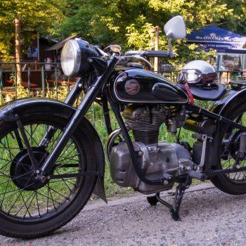 AWO-425 vor dem Biergarten in der Heidemühle, Motorrad-Stammtisch