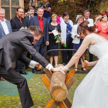 Hochzeit in der Heidemühle, Brautpaar beim Holzsägen