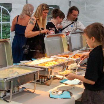 Buffet-Tafel mit Lachs, Gnocchi, Reis, Schnitzelchen, Wildschwein, Lendchen, Karotten uvm. in der Heidemühle
