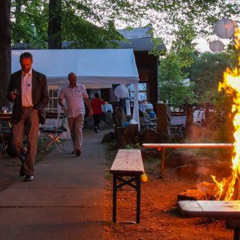 Lagerfeuer auf der Freifläche neben der Jägerbaude, Heidemühle