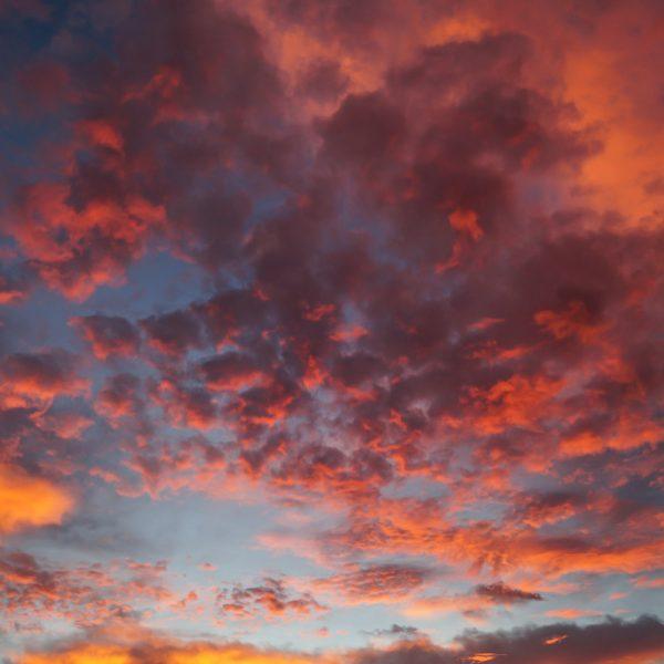 Farbige Wolken im Morgenlicht