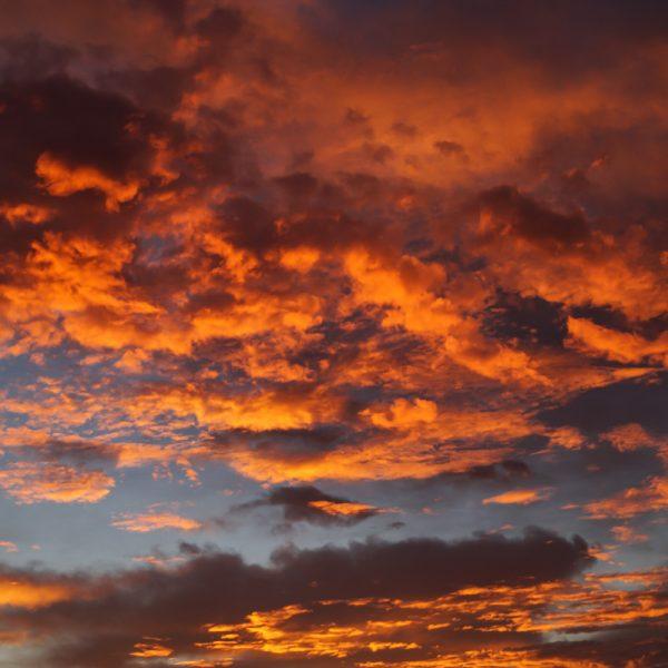 Goldene Wolken im Morgenlicht