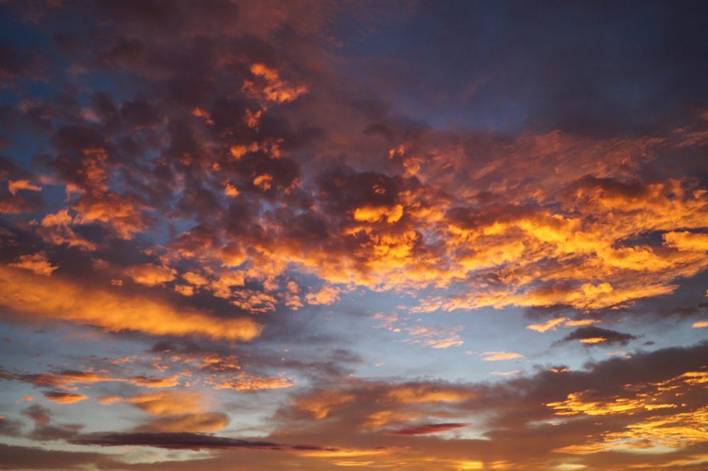 Malerische Lichtstimmungen - Farbige Wolken bei Sonnenaufgang