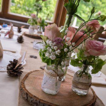 Hochzeitsdekoration mit Rosen, rustikal Hochzeit feiern