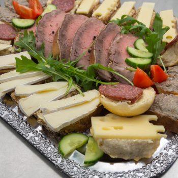 belegte Häppchen mit Wurst und Käse für das Buffet