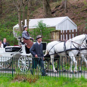 das Hochzeitspaar kommt mit der Kutsche an