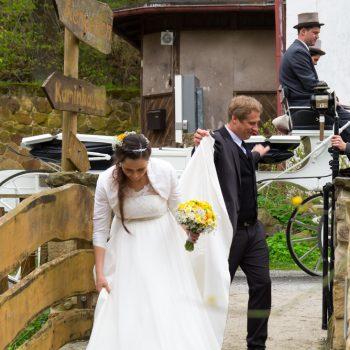 das Brautpaar kommt in der Heidemühle an